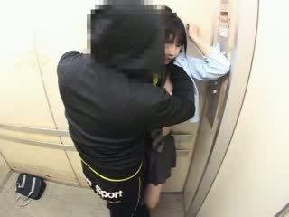 Schoolgirls 模索 で a 学校 elevator