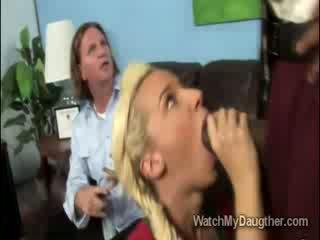 Filthy blondinke daugther blows the črno principal v spredaj od očka