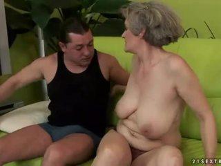 Gjoksmadhe gjyshja enjoys e ndyrë seks