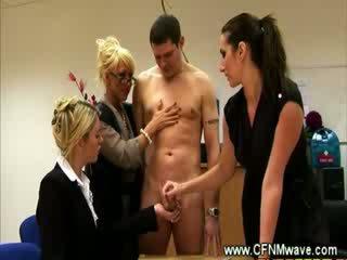 Trīs bored dāmas measuring a dzimumloceklis