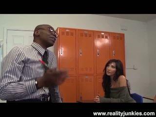 Reality junkies: nero insegnante culo drills mamma con marito guardare