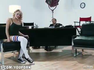 Flexibel blond dancer mia malkova shows af haar assets voor een rol