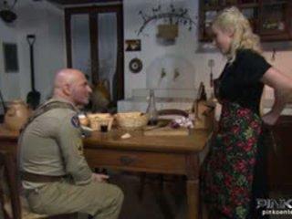 Si rambut perang suri rumah gets beliau faraj eaten oleh yang soldier