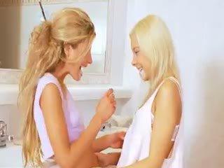Extrême 19yo blonde lezzies eating