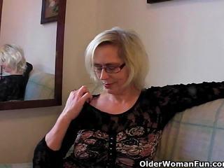 Perversi nonnina pushes suo fist su suo vecchio vagina
