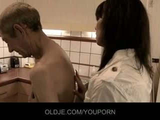 Crusty oldman fucks साथ उसके महिला डॉक्टर