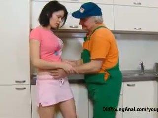 नॉटी टीन गर्ल pays an पुराना repairman के लिए काम साथ उसकी युवा टाइट गधे