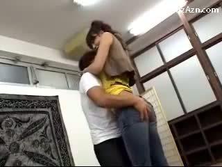 קצר guy מנשקים עם גבוה נערה licking בית השחי rubbing שלה תחת ב the middle של the חדר