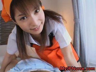 Ann nanba süß asiatisch krankenschwester gives