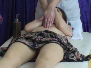 Spycam reluctant съпруга seduced от masseur 2