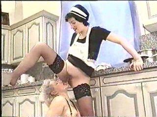 Piss; küpsemad naine drinks maids piss