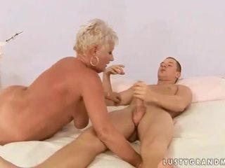 Chlapec fucks buclatý babička