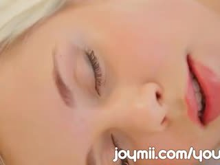 Dido ängel luxuriously lounges och masturbates beröring henne ung fittor