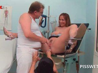 Kimainen vauva getting kusipää licked pisses sisään doctors suu