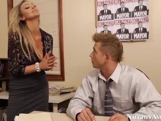 Bigtitted abbey brooks bump im büro