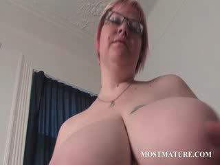 成熟 金發 masturbates 屄 在 床