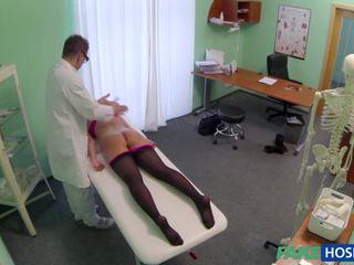 Pervert fake dokter nails haar patiënt