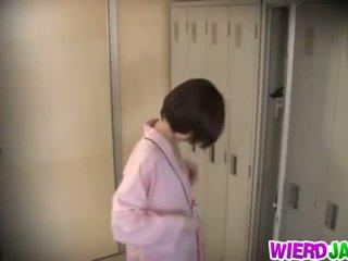 Wierd japonija: miela azijietiškas kūdikiai getting jų krūtys examined.