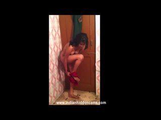 Verheiratet indisch nymph taking douche im vorderseite von sie hubby recorded