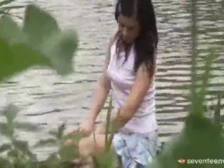 Laglig ålder teenagerage flicka inuti den båt