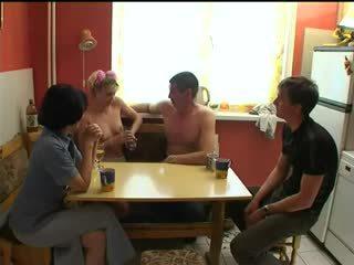Russisch swingers spelen striptease poker.