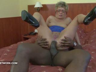 Oma betrapt masturberen anaal geneukt door groot zwart lul
