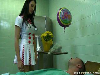 Sexy dokter klaar naar maken gelukkig haar patiënt uncovered