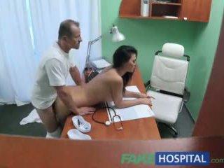 Fakehospital doktor fucks porno aktrisa over stol in şahsy clinic