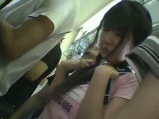 Minisukně školačka tápal v vlak