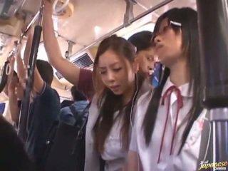 Shameless perversne hiina females having funtime ümber bananas sisse avalik buss