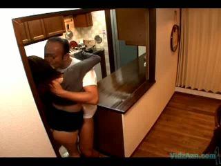 Krūtainas meitene fucked līdz the repairman par the cupboard kad viņai vīrs arriving mājas