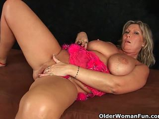 Chunky mature mom with big tits masturbates