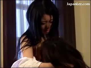 2 亚洲人 女孩 在 白 胸罩 接吻 passionately licking 的pussies 上 该 地板