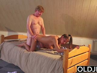 Vieux et jeune porno ado baisée par vieux homme en chatte et