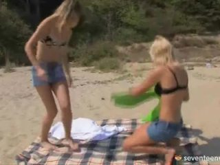Lesbo gals onto de sands