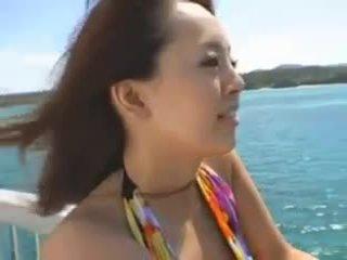 Hitomi tanaka في ال شاطئ
