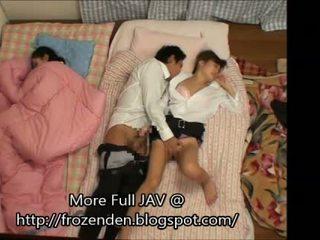 Trying në mbaj quiet ndërsa qirje duke fjetur step-daughters