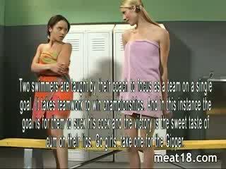 Two sexy tieners striptease naakt voor zij krijgen geneukt en creampied in de locker kamer