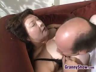 brunette, grote borsten, oma, pijpbeurt