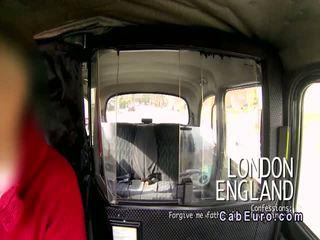 Gagica gives muie în fake taxi în public