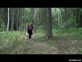 Bystiga grannyen having kul i den skogs