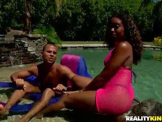 Bukuroshe me ngjyrë lala alexis shkoj një e bardhë rod në një pishinë