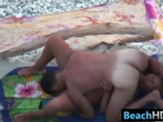 brunette klem, ideaal voyeur, heetste strand