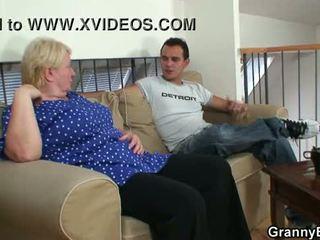 Vecchio nonnina pleases an giovane guy