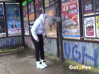 Remaja pipis kompilasi sebagai gadis pee di luar