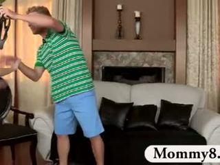 Bevállalós anyuka mostohaanya catches tizenéves fasz tovább neki kanapé