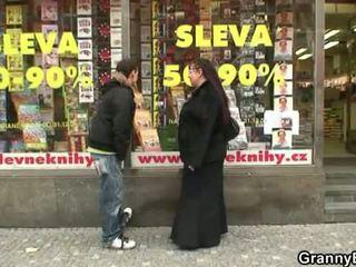 Παχουλός/ή βιβλιοφάγος καριόλα gets pounded με ένα stranger