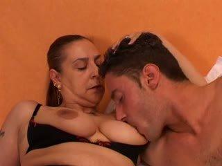 Mummi gives a seksi lesson kohteeseen hänen nuori lover: vapaa porno 66