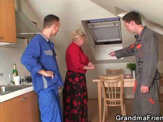 Senas senelė offers jos putė kaip a payment