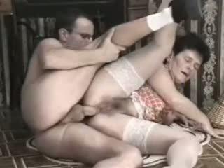 Poraščeni babi globoko analno in s pestjo